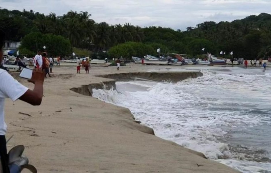 Пляж в Мексике, уходящий под воду (3 фото)