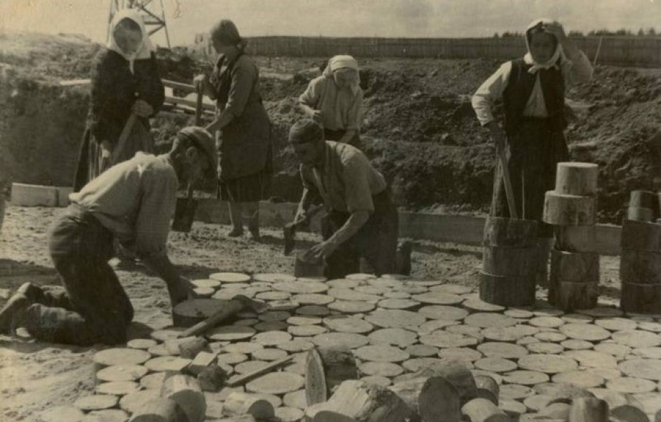 Зачем в 19 веке вместо каменных дорог делали деревянные?