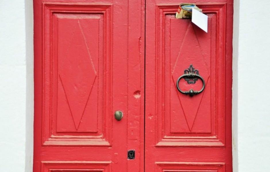 Что означает красный цвет двери?
