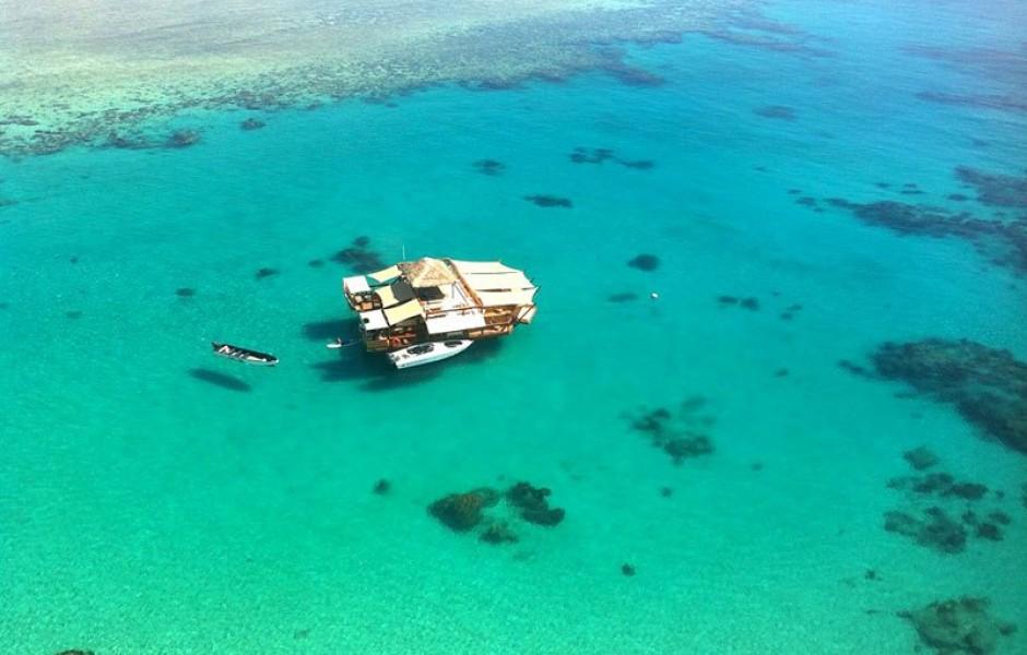 Необычный плавучий бар на Фиджи
