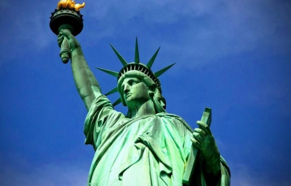 Что за книгу держит статуя Свободы? (7 фото)