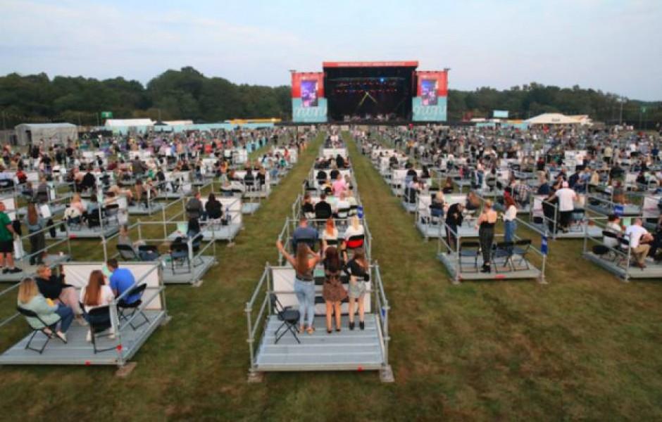 Первый в мире концерт с соблюдением социальной дистанции (10 фото)