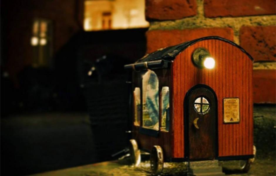 Крошечные домики для мышей по всему городу от Anonymouse  (14 фото)