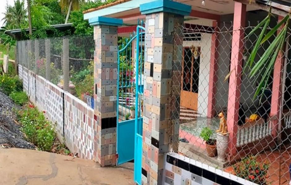 Вьетнамец облицевал забор своего дома старыми