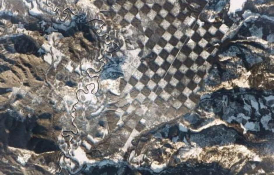 Кто создал гигантскую шахматную доску, которую видно из космоса (3 фото)