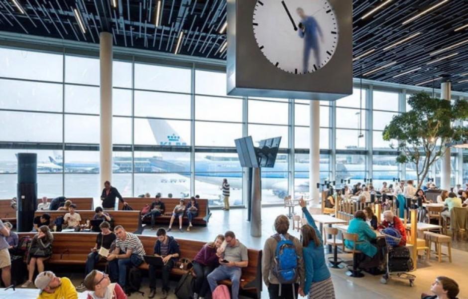 Сюрреалистические часы в аэропорту