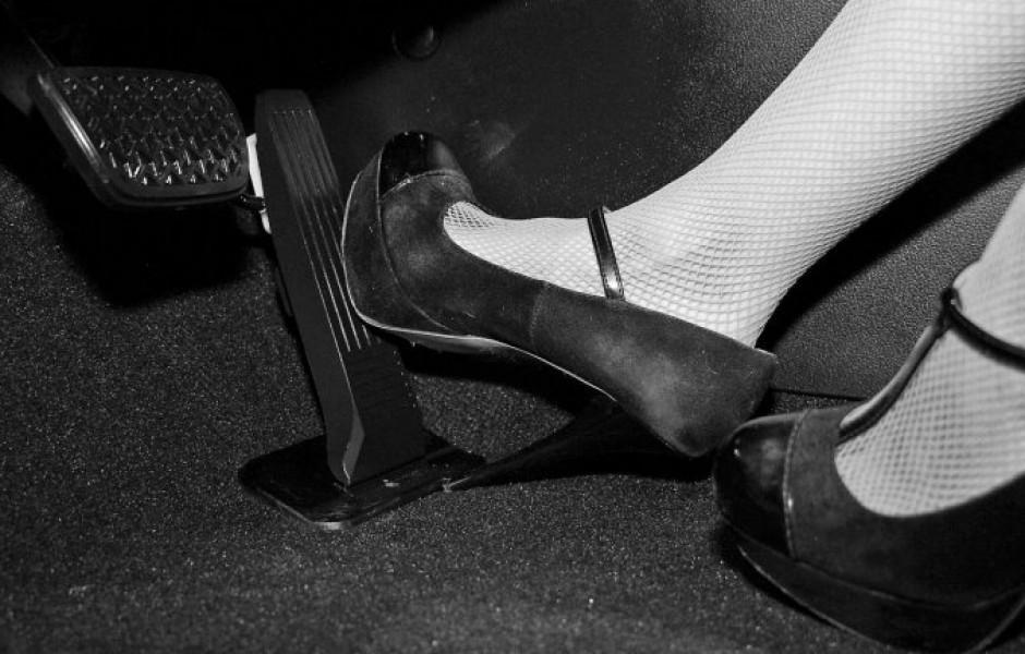 Почему женщины часто путают газ и тормоз?