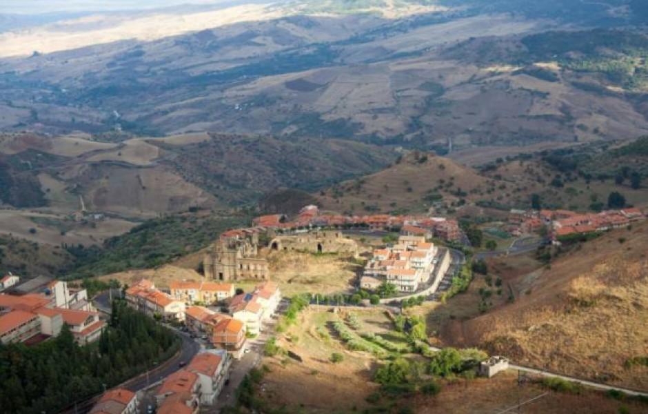 Итальянский город продаёт дома по 1 евро и даёт по 25.000 евро на ремонт (6 фото)