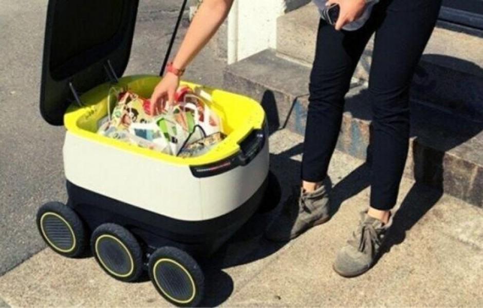 В Москве робот-курьер начал доставлять еду в дома ( фото дня)