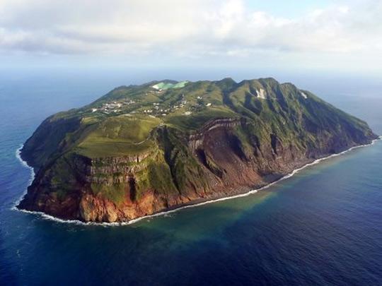 Вулканический остров с населением в 250 человек (11 фото)
