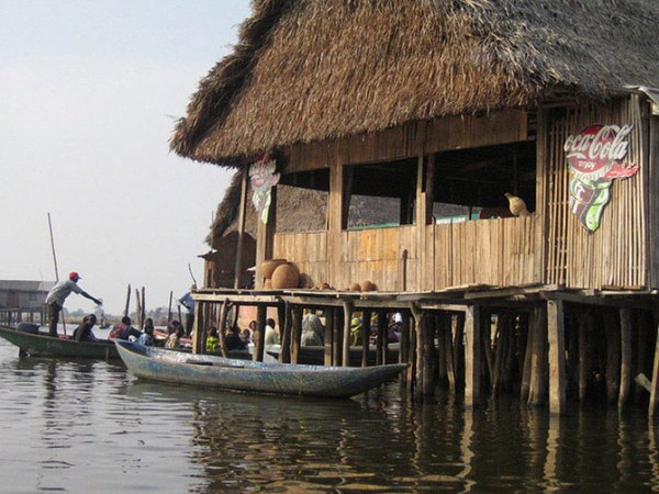 Город-озеро Ганвье в Африке (25 фото)
