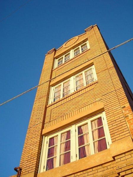 Большой обман или самый маленький небоскреб в мире (5 фото)