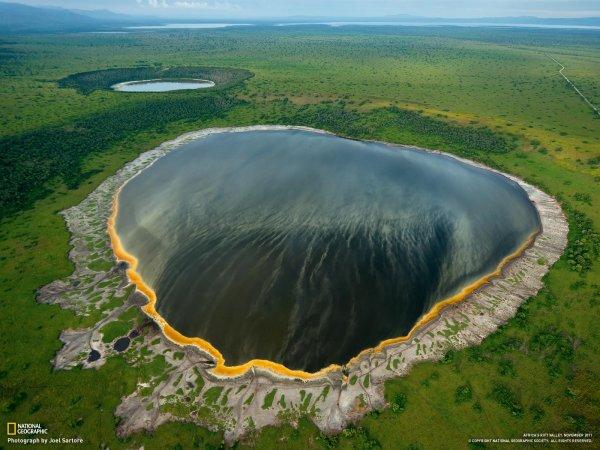 Бездонное озеро в кратере потухшего вулкана