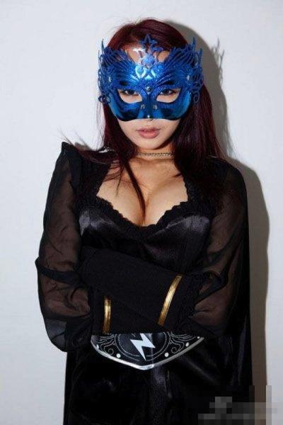 В Китае есть настоящая девушка-супергерой по имени Chinese Redbud Woman (3 фото)