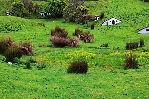 Заброшенная деревня хоббитов (6 фото)