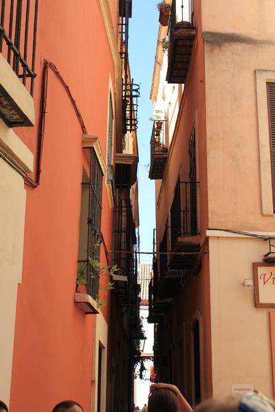 Самые узкие улицы Европы (8 фото)