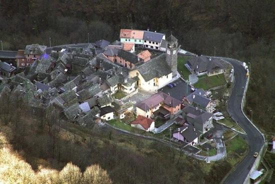 В Италии есть деревня, которая освещается зеркалом (5 фото)
