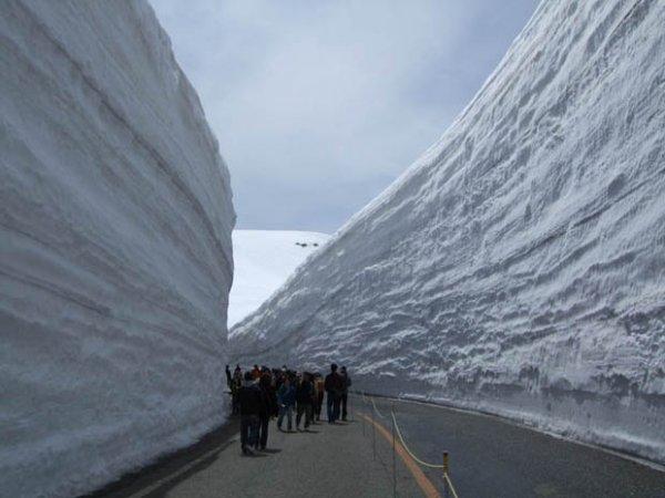Коридор из снега высотой 20 метров (7 фото + видео)