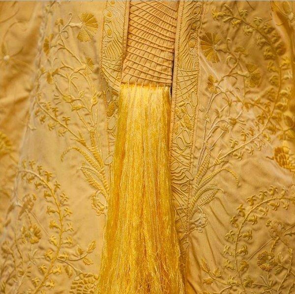 Золотое платье из шёлка паука (8 фото)