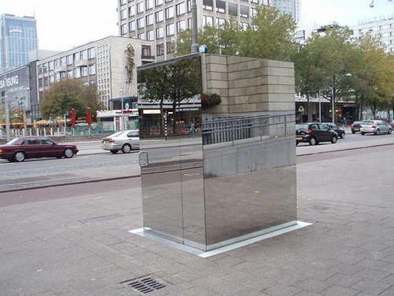 Зеркальный туалет в Лондоне (4 фото)