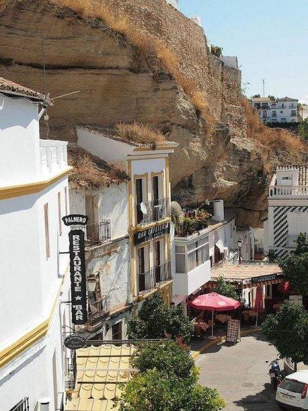 Сетениль-де-лас-Бодегас город в скале (9 фото)