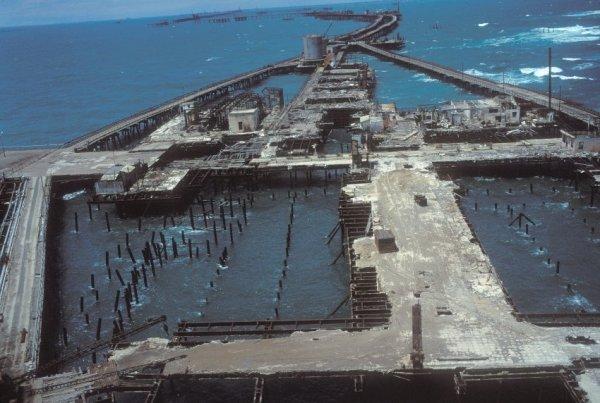 Запретный город нефтяных платформ (9 фото)