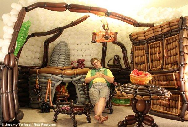 Дом хоббита из 2600 разноцветных шаров (6 фото)