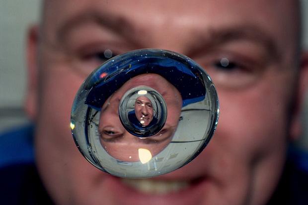 Почему космонавты не могут плакать в космосе? (3 фото)