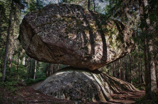 Kummakivi - огромный обломок скалы, лежащий на округлом валуне (6 фото)