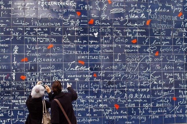 Стена любви в центре сада Abbesses в Монмартре (5 фото)