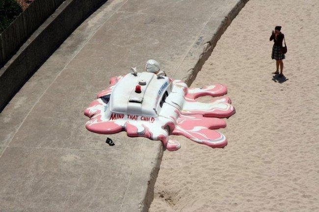 Глобальное потепление против мороженого и мороженщика. Необычная инсталляция от The Glue Society на пляже в Сиднее