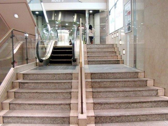 Самый короткий эскалатор в мире (4 фото)