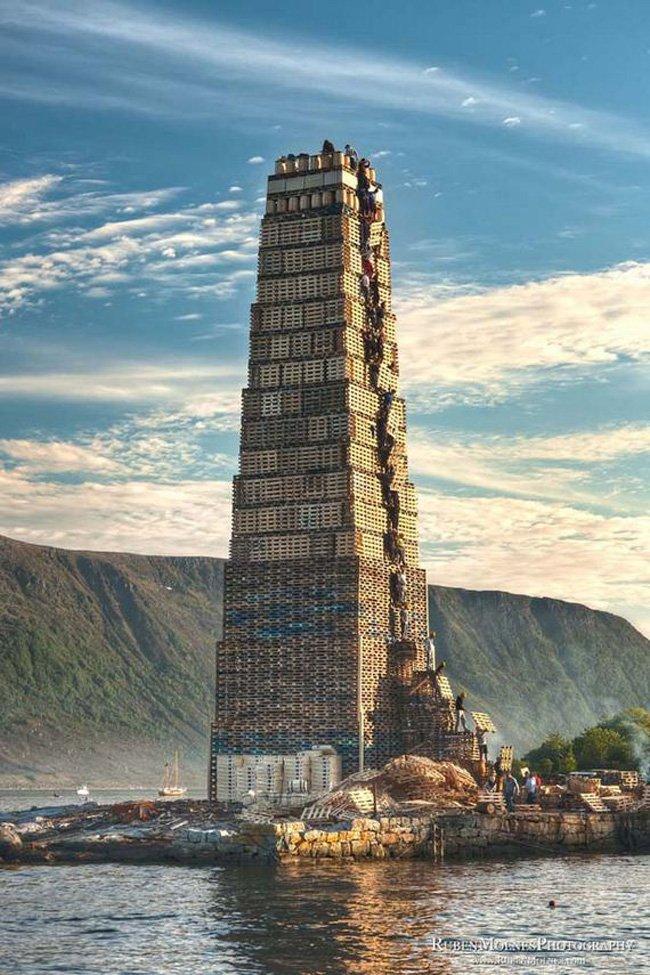 Башня из поддонов высотой в 40 метров (11 фото)