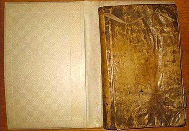 В библиотеке Гарвардского университета найдена книга из человеческой кожи (3 фото)
