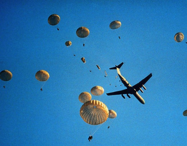 Почему пассажирские самолеты не оснащены парашютами?