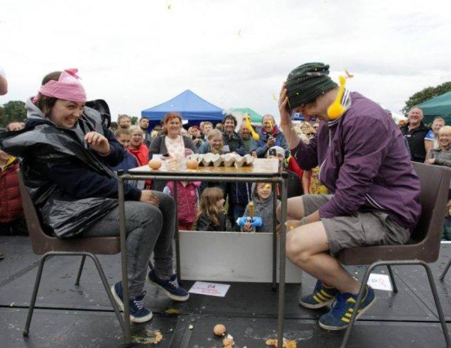 Чемпионат по метанию яиц (22 фото)