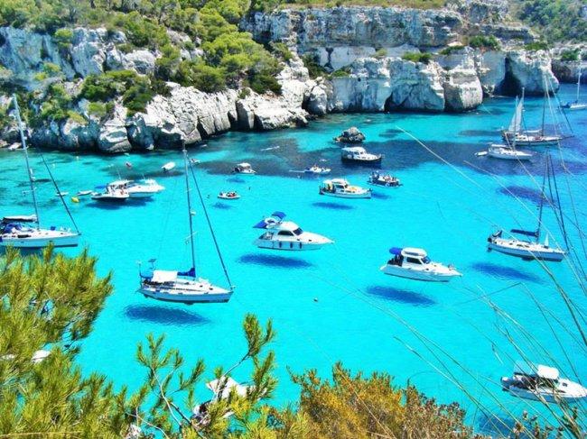 Фото дня 05.08.2014  г. - Висячие лодки в Менорке, Испания