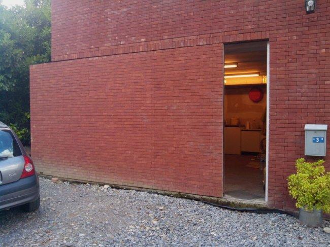 Раздвижная дверь в тон стене дома (фото дня - 28.08.2014 года)