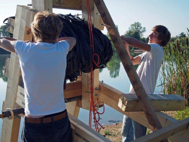 Катапульта для прыжков в озеро (7 фото)
