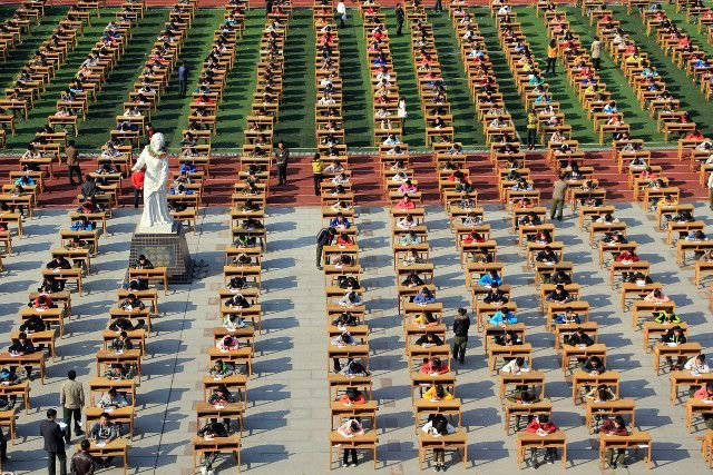 Экзамен на свежем воздухе в Китае (6 фото)