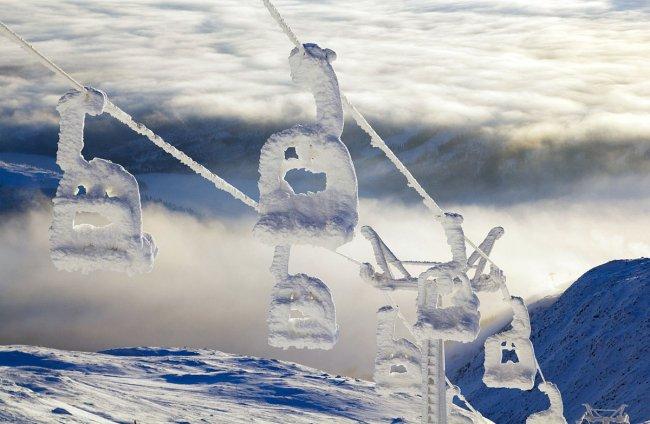 Заснеженный горнолыжный подъемник в Швеции (фото дня)