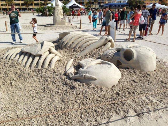 Скульптура из песка - любовь не умрет никогда (2 фото)
