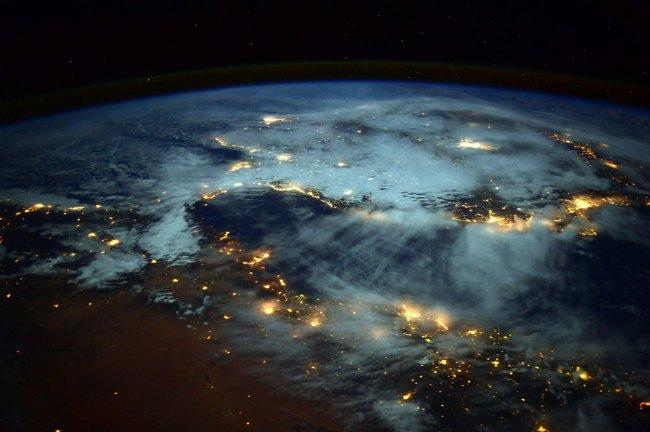 Свет, вырывающийся из Земли (фото дня)