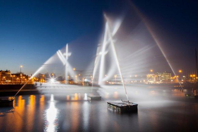 """""""Летучий голландец"""" из воды и света (4 фото)"""