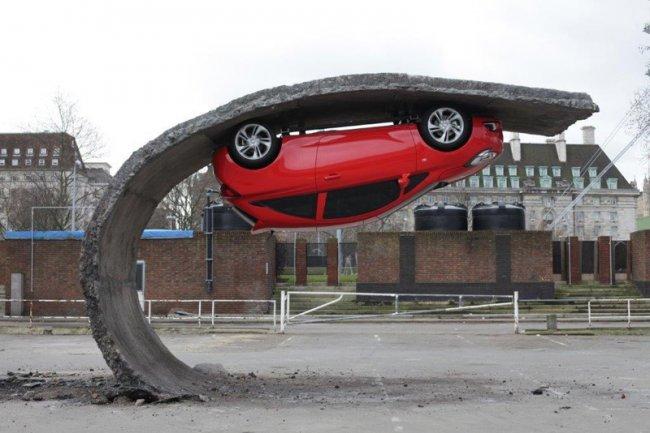 Скульптура автомобиля, повисшего в воздухе (фото дня)
