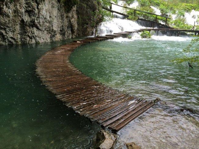 Тропинка под водой в Хорватии (фото дня)