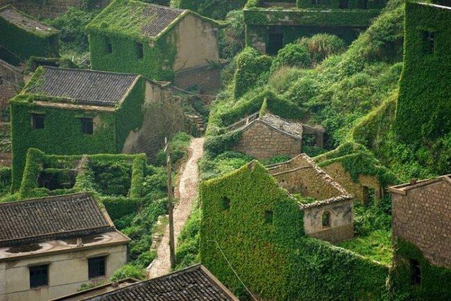 Заброшенная зеленая деревня в Китая (3 фото)