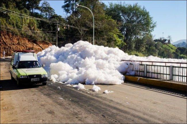 Река Тиете выбрасывает густую пену на улицы Сан-Паулу (5 фото)