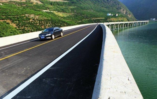 Мост вдоль реки в Китае (6 фото)