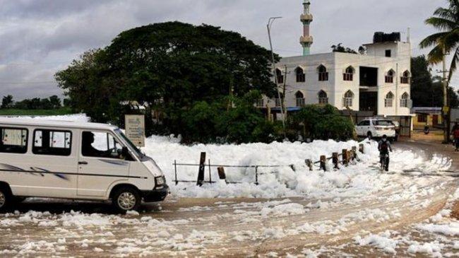 Горящая пена озера Белландер на улицах Бангалора (6 фото)